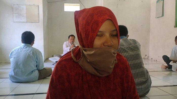 Irna, salah satu santri putri yang ikut belajar membaca Al-Qur'an braille