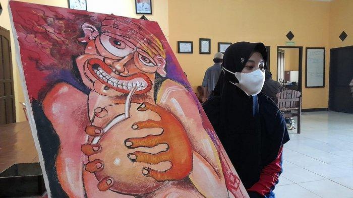 Siti Nurfadilah dengan lukisan hasil karyanya