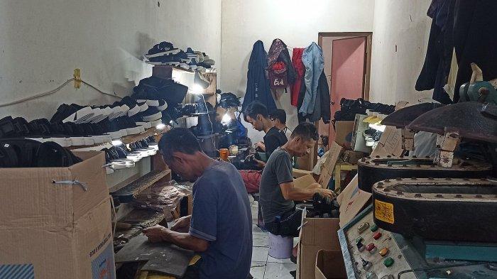 Perajin sepatu di Sixtynine Project yang berasal dari warga sekitar Babakan Gombong, Desa Sukajadi, Soreang, Kabupaten Bandung