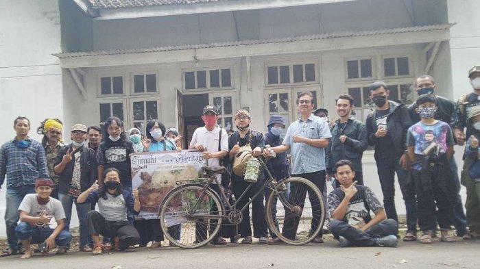 Anggota komunitas Tjimahi Heritage berfoto bnersama seusai kegiatan berkunjung ke tempat bersejarah
