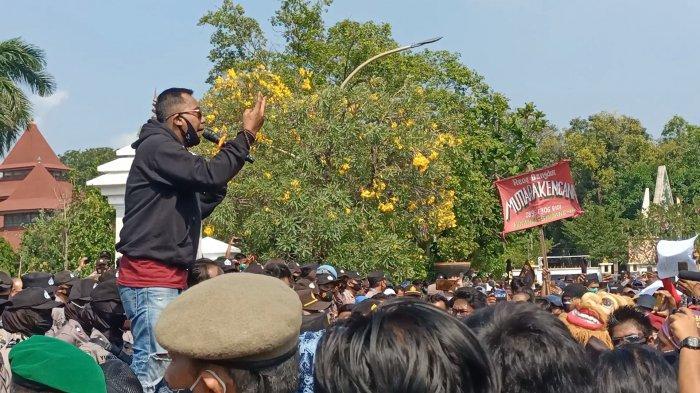 Aksi unjuk rasa seniman di Pendopo Kabupaten Indramayu, Jumat (28/5/2021).