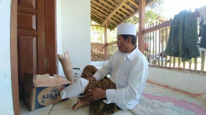 Ustaz Tajudin menunjukkan kaki palsu, bantuan dari Baznas Kabupaten Sukabumi, beberapa waktu lalu.