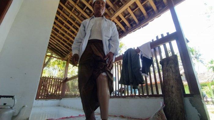 Ustaz Tajudin menunjukkan kaki palsu bantuan dari Baznas Kabupaten Sukabumi