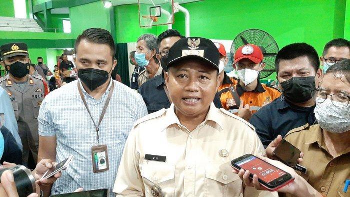 Uu Ruzhanul Ulum saat meninjau lokasi pengungsian warga terdampak kebakaran Pertamina RU VI di Balongan, Indramayu.