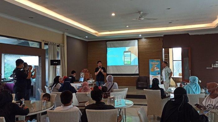 Wilson Yanaprasetya saat mempresentasikan aplikasi Dagangan di Bandung