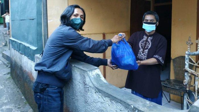 Wisnu Sopian Sukarela Antar Keperluan Warga yang sedang Isolasi Mandiri di Kabupaten Cianjur