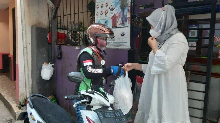 Satu kantung plastik   bubur ayam Alan Jaya di Jalan Terusan Suryani, siap diantarkan oleh ojek online kepada pemesan yang merupakan pasien isoman Covid-19