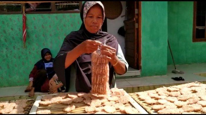 Inah Turun Temurun Memproduksi Rengginang di Dusun Kliwon, Sindangagung, Kabupaten Kuningan