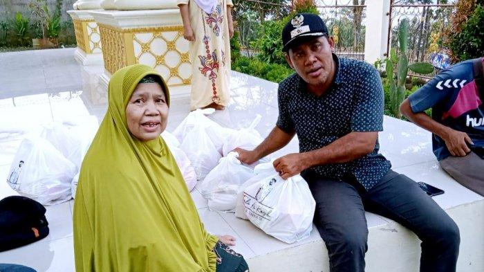 Mahdum, Kepala Desa Ciririp, Kecamatan Sukasari, Kabupaten Purwakarta saat membagikan sembako di kediamannya