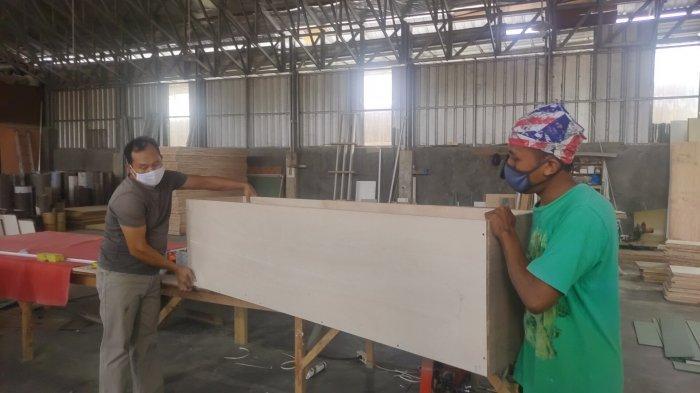 Perajin kayu di Desa Jatimulya, Kecamatan Kasokandel, Kabupaten Majalengka membuat peti mati yang dipesan dari rumah sakit rujukan Covid-19 di Majalengka.
