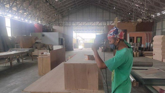 Perajin kayu menyelesaikan pembuatan peti mati di Desa Jatimulya, Kecamatan Kasokandel, Kabupaten Majalengka