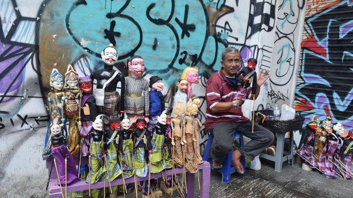 Ramdan Kosasih, Penjual dan Perajin Wayang Golek yang Tersisa di Kawasan Braga Kota Bandung