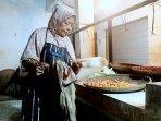 Meskipun Los Sayuran Pasar Senen Purwakarta Kian Sepi, Nenek Mimi Tetap Berjualan