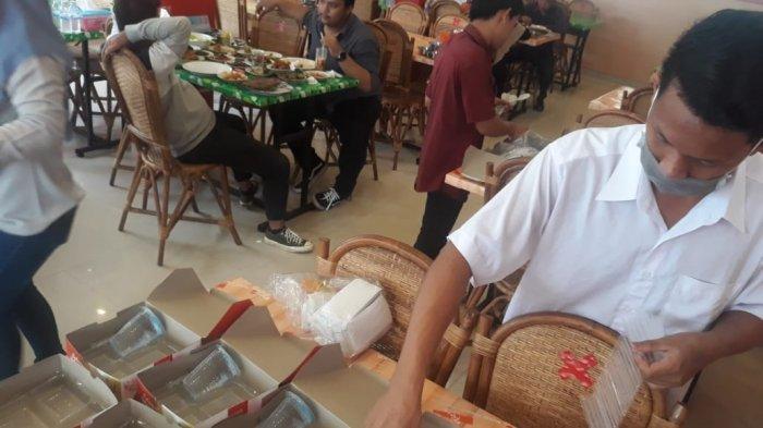 Rumah Makan Dendeng Batokok Pusako Empat berlokasi di Talang Banjar mampu menjual hingga 1.300 porsi.