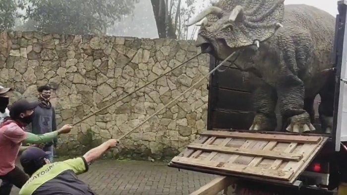 Viral Video Dinosaurus Diturunkan Dari Truk, Wahana Peliharaan Baru Milik Mojosemi Fores Park