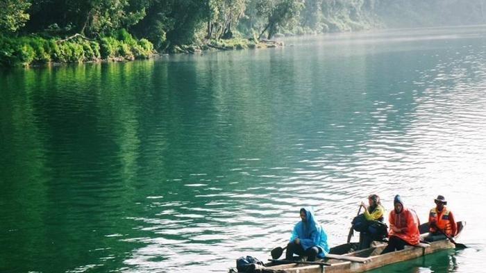 Lihat Keindahan Danau Gunung Tujuh Sambil Naik Perahu Nelayan, Surga Tersembunyi di Kerinci