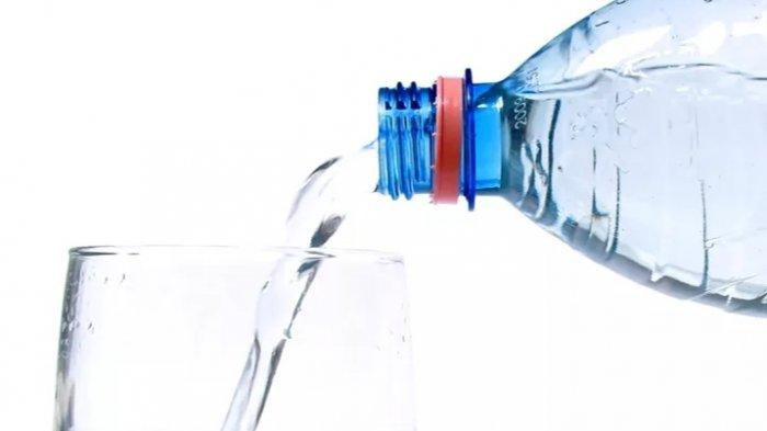 Jangan Lupa Minum 8 Gelas Air Putih Saat Bulan Puasa, Ini Tahapan Minumnya