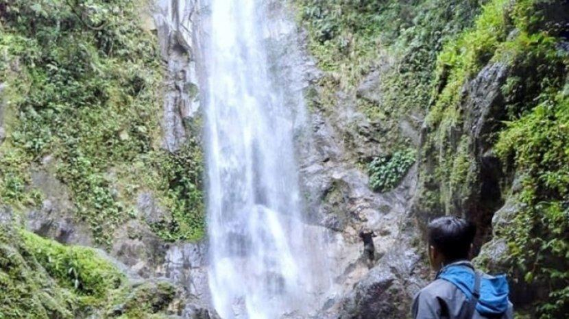 Hawa Dingin Menyegarkan, dan Air Yang Jernih Nan Eksotis di Air Terjun Lembah Hitam Kerinci