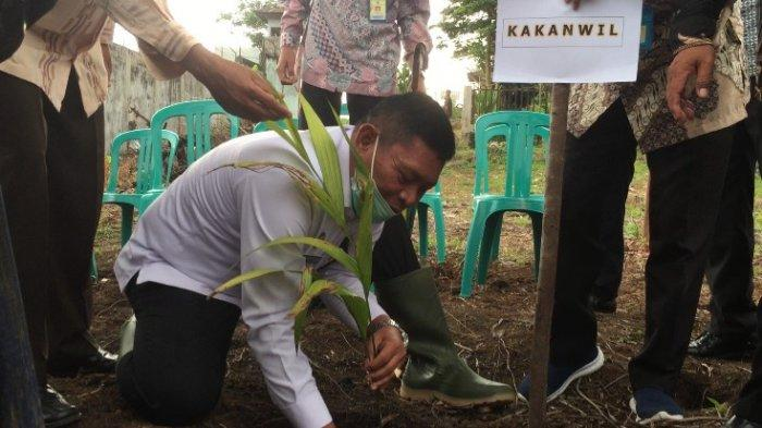 Peringati hari Bakti Pemasyarakatan Karyadika ke 57 Lembaga Pembinaan Khusus Anak (LPKA) Kelas II Muara Bulian tanam 700 bibit pinang betara di lahan seluas dua hektare.