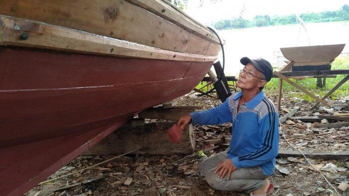 Pembuat Perahu di Seberang Kota Jambi Masih Bertahan di Tengah Pandemi
