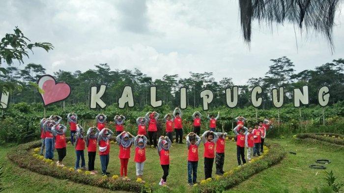 Bermain Egrang, Dakon Raksasa, Balap Ban Sepeda, Hingga Bakyak di Desa Edukasi Kalipucung