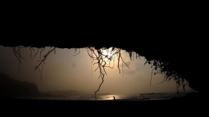 Menikmati Indahnya Pantai Karangbolong Kebumen dari Dalam Gua, Daya Tariknya Ada Pada Ritual