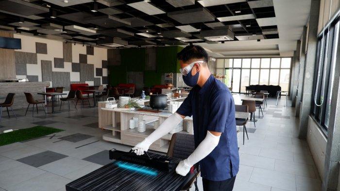 Aston Inn Pandanaran Semarang Mensterilisasi Area Hotel Dengan Alat UV-C Light