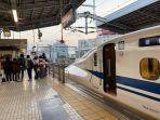 turis-indonesia-berfoto-di-depan-kereta-shinkansen.jpg