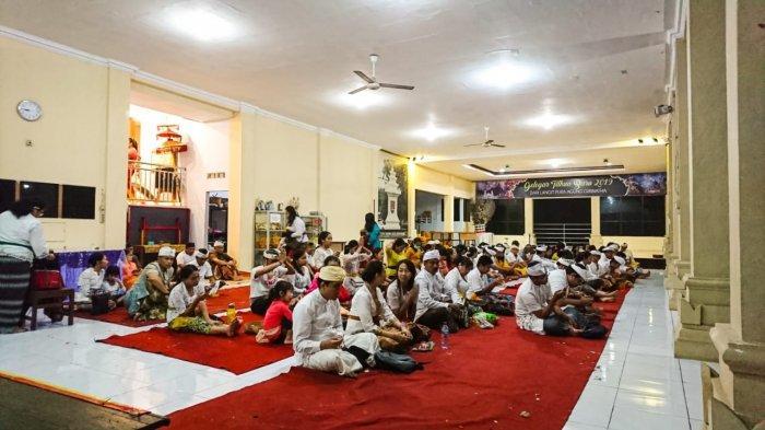 Meskipun Hujan, Ratusan Umat Hindu di Semarang Tetap Antusias Rayakan Galungan