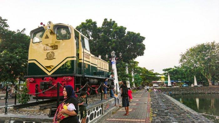 Monumen Lokomotif Jadi Spot Foto Menarik di Stasiun dan Polder Tawang