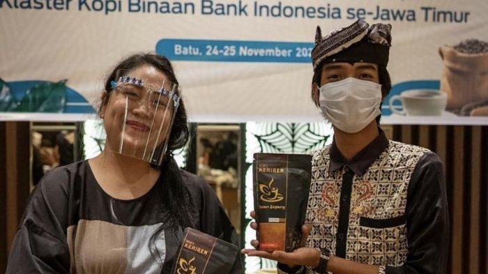 Ketua Pokdarwis Kencana Kemiren Mohammad Edy Saputro (kanan) menghadiri acara Klaster Kopi Binaan Bank Indoensia Jatim