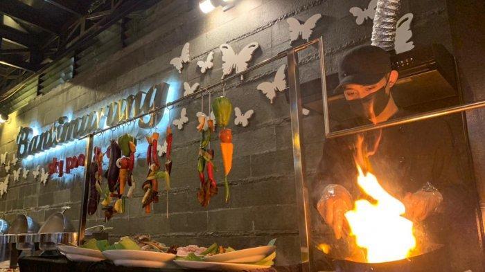 Barbeque Berlatar Pemandangan Malam Kota Surabaya di Best Western Papilio Hotel