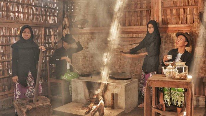 Muda-mudi menggunakan baju khas adat Osing Kemiren