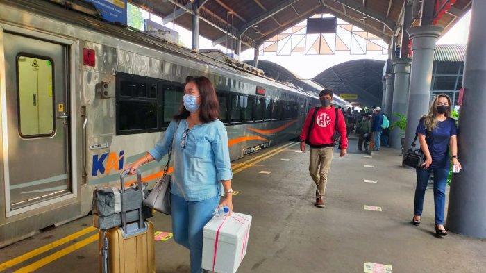 Calon penumpang kereta api di wilayah PT KAI Daop 8 Surabaya
