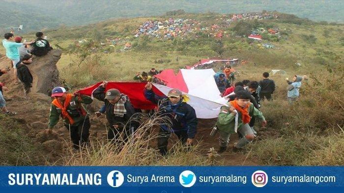 Memaknai Semangat Kemerdekaan, Upacara dan Kirab Bendera Merah Putih di Gunung Saat Pandemi