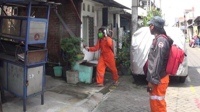 Cegah Covid-19, Pegiat Alam Bebas Menyemprot Disinfektan di 14 Kawasan Surabaya dan Sidoarjo
