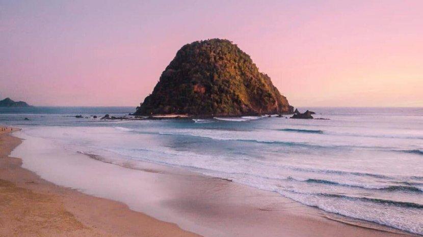 Harga Tiket Masuk Pantai Pulau Merah, Bisa Surfing, Camping Menikmati Pandangan Sunset