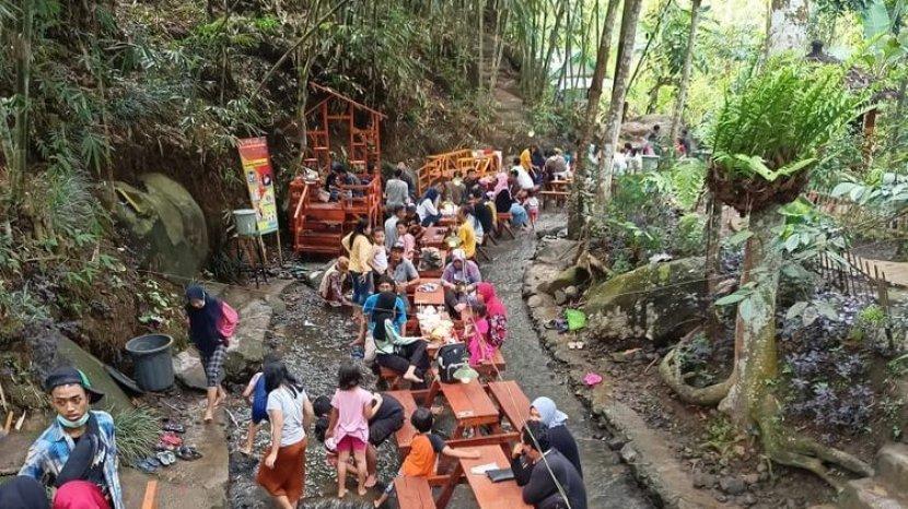Rute dan Harga Tiket Masuk Wisata Sumber Biru Jombang, Destinasi Kuliner di Tengah Sungai