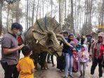 dinosaurus-show-di-mojosemi-forest-park.jpg
