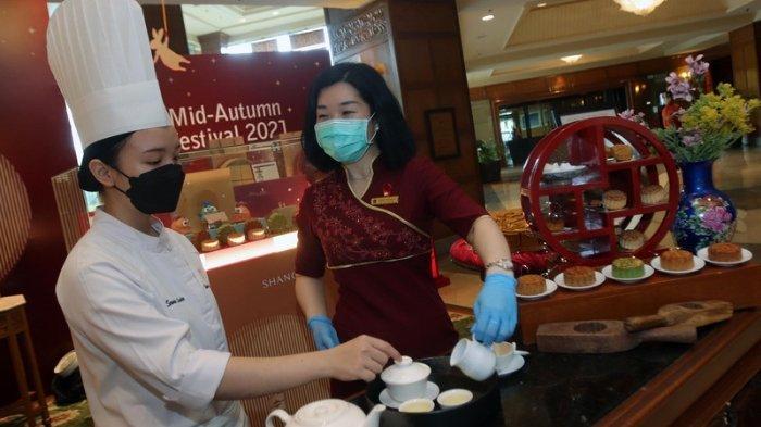 Mengenal Tradisi Makan Kue Bulan dan Budaya Minum Teh Masyarakat Tionghoa ala Shangri-La Surabaya