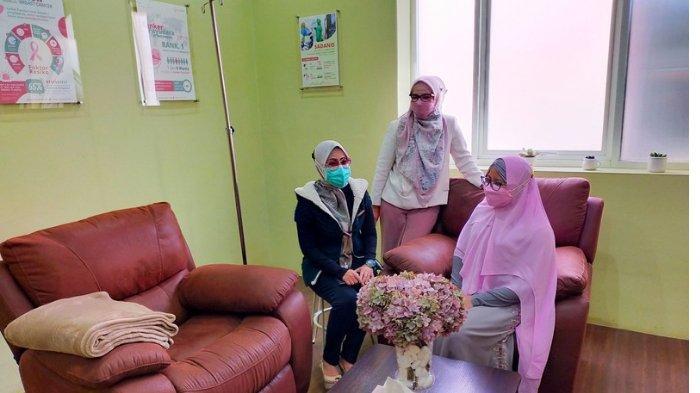 dr Sahar Bawazeer Sp. B, Spesialis Bedah Umum dan Payudara saat menunjukkan alat mammografi 3 dimensi dan menunjukkan ruang kemoterapi yang homey, Rabu (21/4/2021) sore.