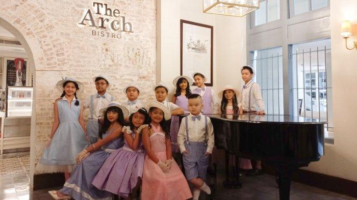 12 model cilik dan remaja mengikuti photoshoot dengan busana bertema Sinyo Nonik Belanda karya Zriel Clothing di Kokoon Hotel Surabaya. Acara ini sekaligus menjadi rangkaian menyambut Surabaya Fashion Runway yang akan digelar September 2021.