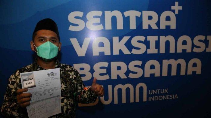 Proses vaksinasi guru SMA Islam Shafta yang diselenggarakan oleh Yayasan Al-Insanul Kamil bekerja sama dengan BUMN dan Pemerintah Provinsi Jawa Timur, Rabu (21/4/2021).