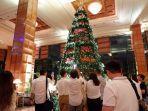 pohon-natal-setinggi-5-meter-di-shangri-la-hotel-surabaya.jpg