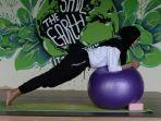senam-menggunakan-gym-ball.jpg