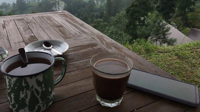 Sajian teh dan coklat susu di kafe Kema Merbabu di Dusun Guwolelo, Ngagrong, Gladagsari, Boyolali.