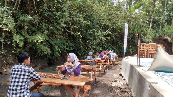 Nikmatnya Makan Sambil Bermain Air Sungai di Kedai Kaliwot