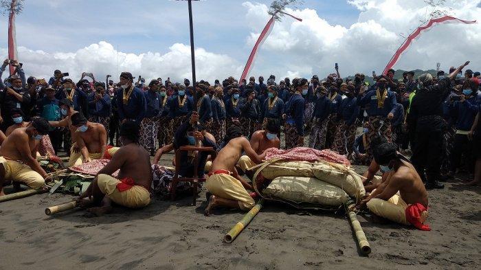 Tinggalan Jumenengan Dalem, Keraton Yogyakarta Gelar Upacara Labuhan di Parangkusumo