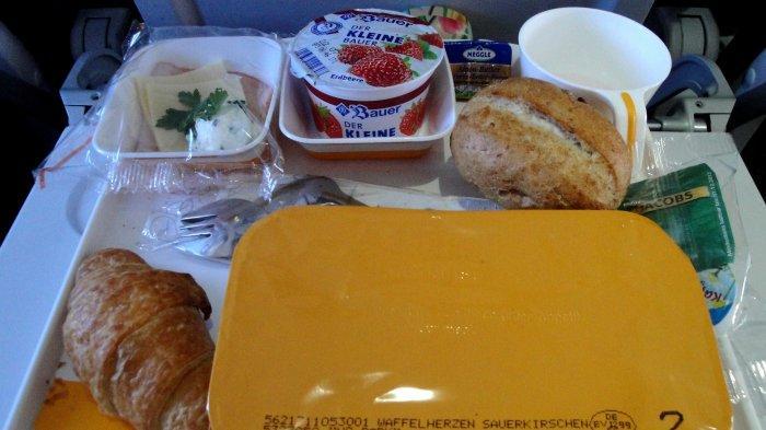 Begini Aturan Makan dan Minum di Pesawat Saat New Normal