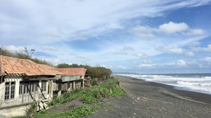 Mengunjungi Pantai Pandansimo yang Sunyi